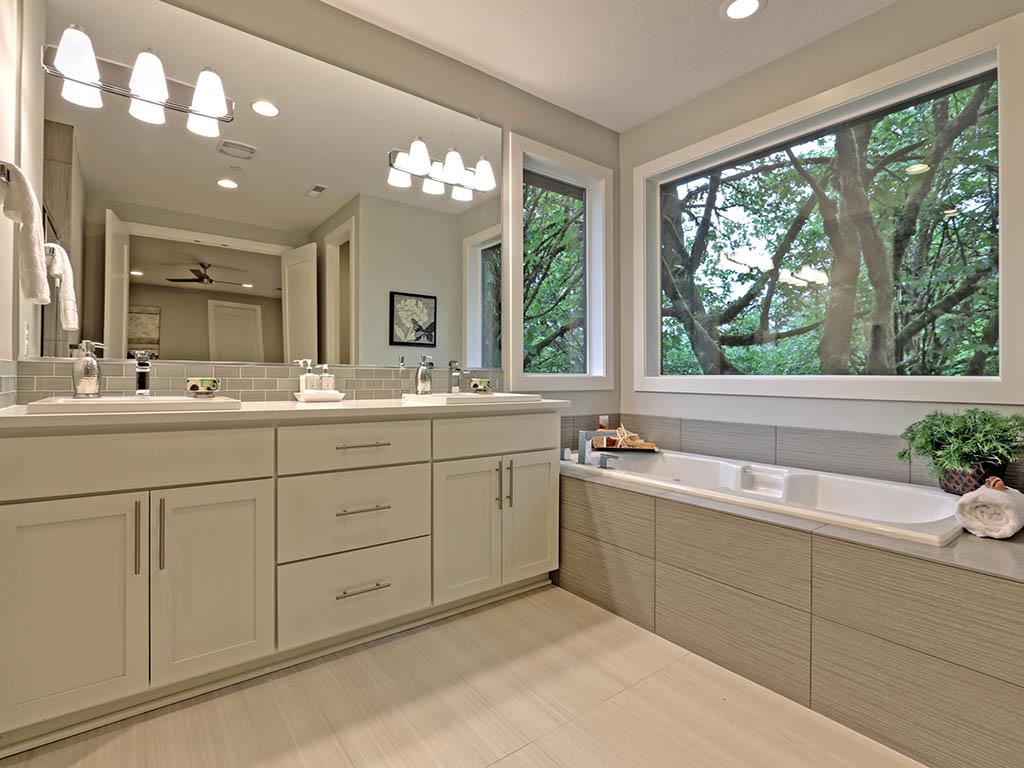 6625 SW Parkhill DR bathroom