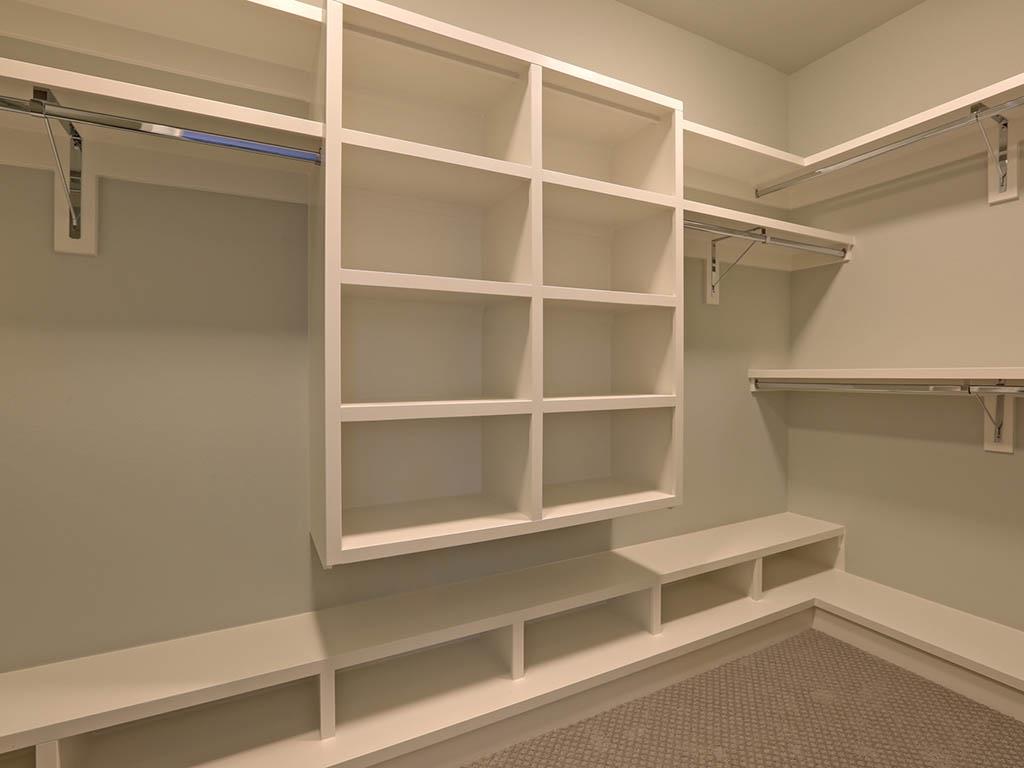 6625 SW Parkhill DR closet